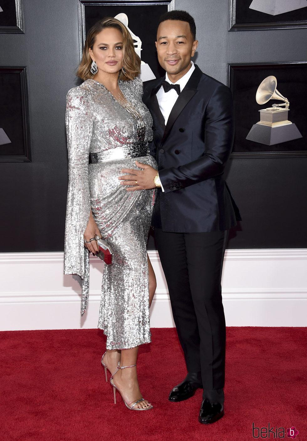 Chrissy Teigen y John Legend en la alfombra roja de los Premios Grammy 2018