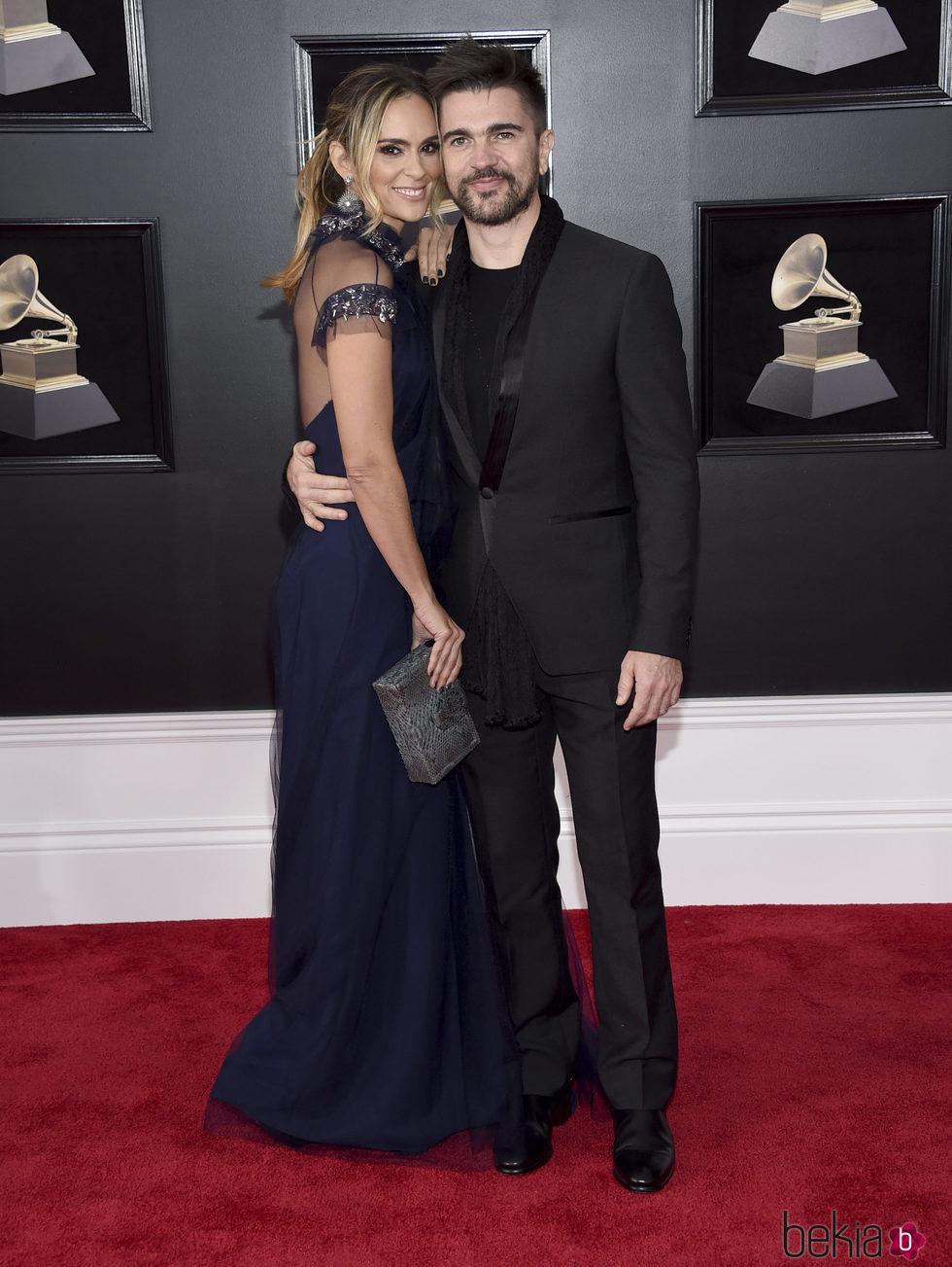 Juanes y Karen Martínez en la alfombra roja de los Premios Grammy 2018