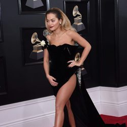 Rita Ora sujetándose en la alfombra roja de los Premios Grammy 2018