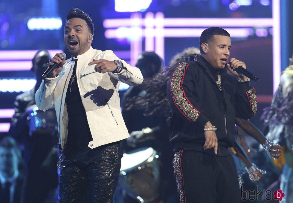 Luis Fonsi y Daddy Yankee durante su actuación en los Premios Grammy 2018