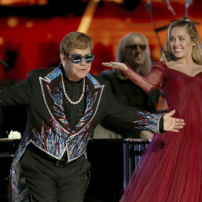 Miley Cyrus junto a Elton John en los Premios Grammy 2018