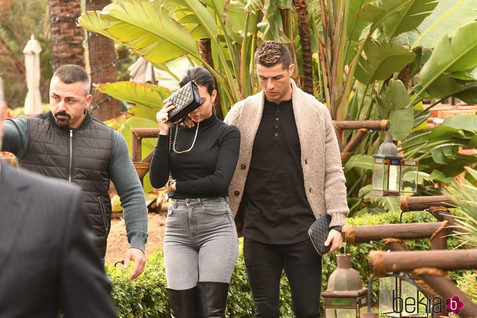 Cristiano Ronaldo y Georgina Rodríguez saliendo de un restaurante de Marbella