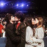 Javier Calvo, Javier Ambrossi, Dulceida y Alba Paul se besan a la vez en los Premios Gaudí