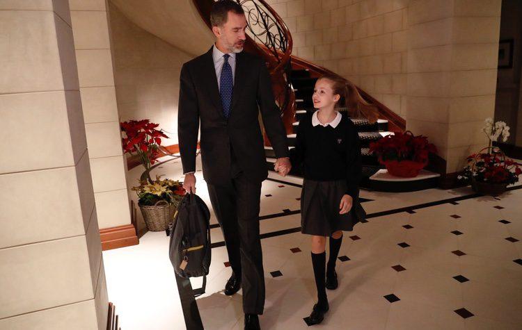 El Rey Felipe lleva de la mano a la Princesa Leonor en el hall de su residencia antes de ir al colegio