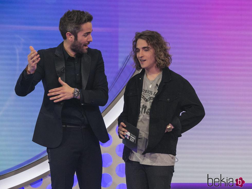 Manel Navarro con Roberto Leal en la gala de elección de Eurovisión de 'OT 2017'