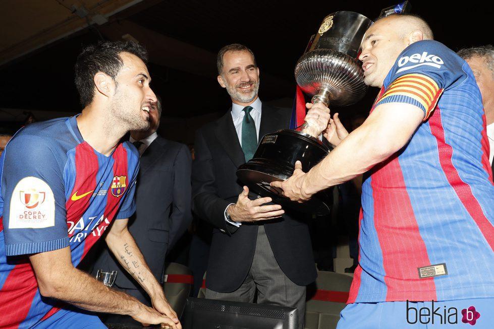 El Rey Felipe entrega la Copa del Rey 2017 a Sergio Busquets y Andrés Iniesta
