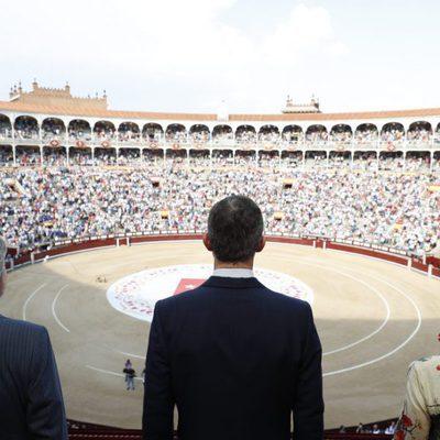 El Rey Felipe mirando la Plaza de Toros de las Ventas en la Corrida de la Beneficencia
