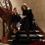 La Reina Letizia y la Infanta Sofía bajan las escaleras de su residencia antes de ir al colegio