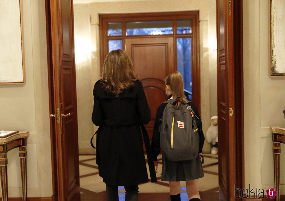 La Reina Letizia y la Infanta Sofía en el hall de su residencia en La Zarzuela