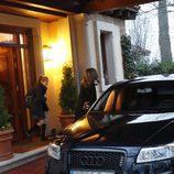 Los Reyes Felipe y Letizia y sus hijas Leonor y Sofía saliendo de su residencia