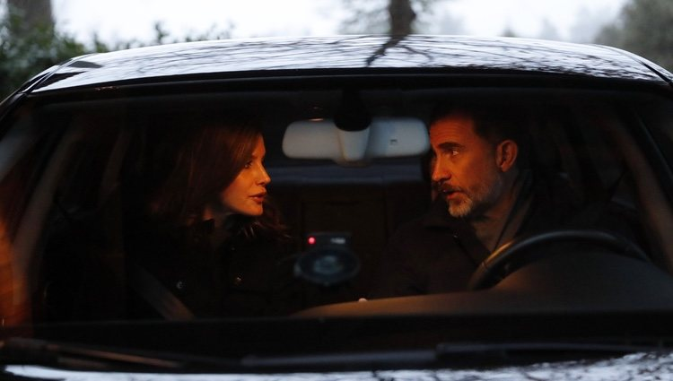 Los Reyes Felipe y Letizia hablando en el coche