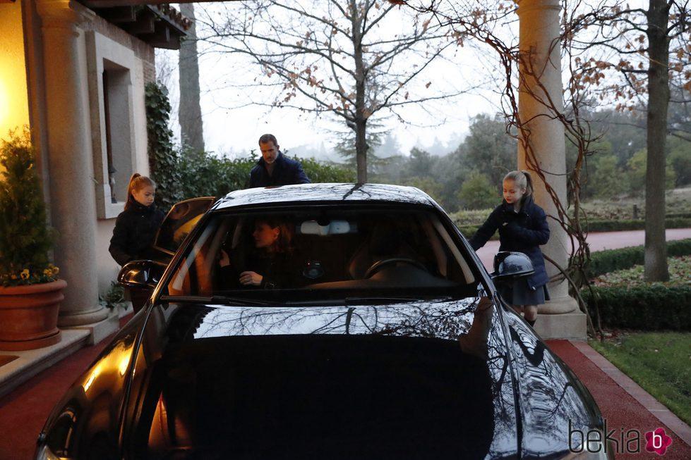 La Princesa Leonor y la Infanta Sofía montándose en el coche antes de ir al colegio