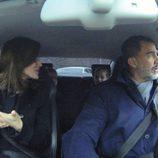 Los Reyes Felipe y Letizia y sus hijas Leonor y Sofía hablando en el coche