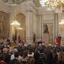 El Rey Felipe dando un discurso ante la Familia Real y los invitados a la entrega del Toisón de Oro a la Princesa Leonor