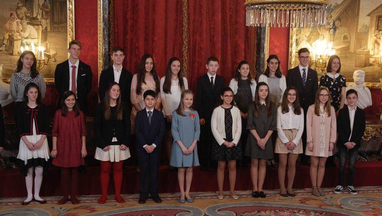 La Princesa Leonor con 20 escolares de España en la entrega del Toisón de Oro que le impuso el Rey Felipe