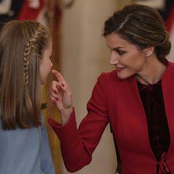 La Reina Letizia hace un gesto cariñoso a la Princesa Leonor en la entrega del Toisón de Oro