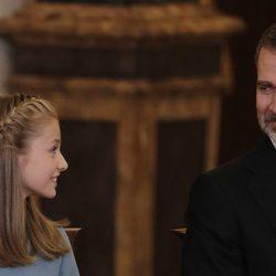 El Rey Felipe y la Princesa Leonor se miran con cariño en la entrega del Toisón de Oro