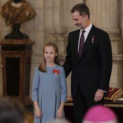 El Rey Felipe junto a la Princesa Leonor tras imponerle el Toisón de Oro