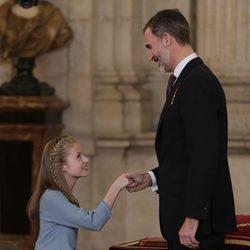 La Princesa Leonor hace la reverencia al Rey Felipe en la entrega del Toisón de Oro