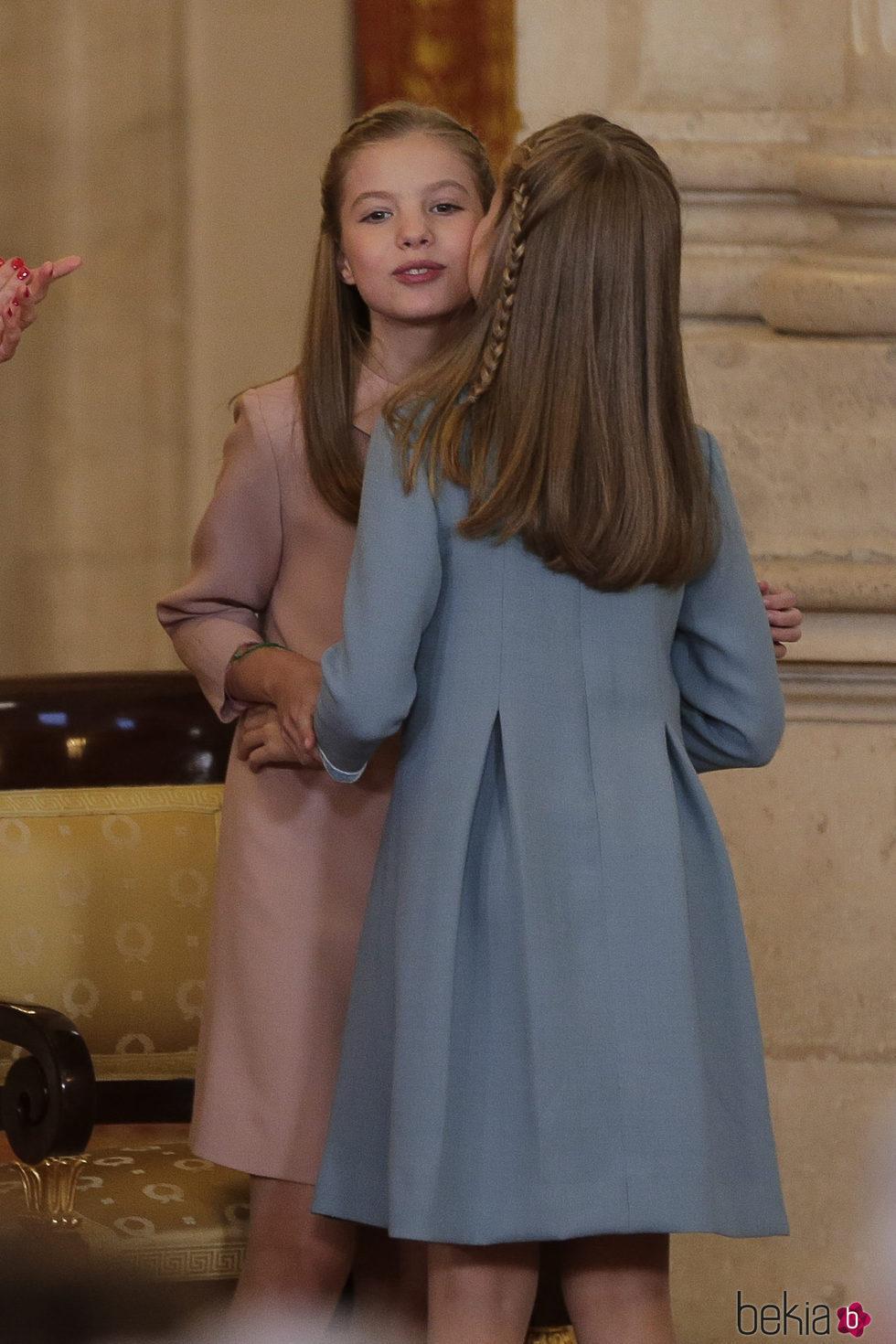 La Princesa Leonor besa a la Infanta Sofía tras recibir el Toisón de Oro