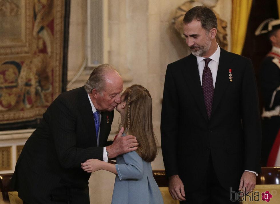 La Princesa Leonor besa al Rey Juan Carlos junto al Rey Felipe en la entrega del Toisón de Oro
