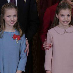 La Princesa Leonor con la Infanta Sofía tras recibir el Toisón de Oro