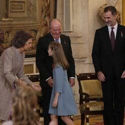 La Princesa Leonor saluda a la Reina Sofía junto a los Reyes Juan Carlos y Felipe tras recibir el Toisón de Oro