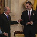 El Rey Juan Carlos y el Rey Felipe en la entrega del Toisón de Oro a la Princesa Leonor
