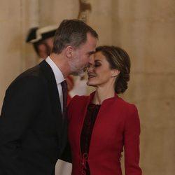 Los Reyes Felipe y Letizia, muy cariñosos en la entrega del Toisón de Oro a la Princesa Leonor