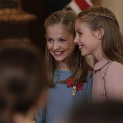 La Princesa Leonor y la Infanta Sofía, muy cómplices en la entrega del Toisón de Oro