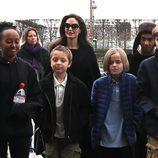 Angelina Jolie con todos sus hijos dando un paseo por París