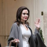 Angelina Jolie saludando en su visita a París