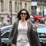 Angelina Jolie muy sonriente paseando por París
