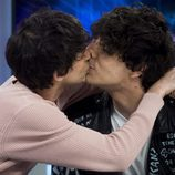 Javier Calvo y Javier Ambrossi se besan en 'El Hormiguero'
