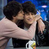Javier Ambrossi besa cariñosamente a Javier Calvo en 'El Hormiguero'