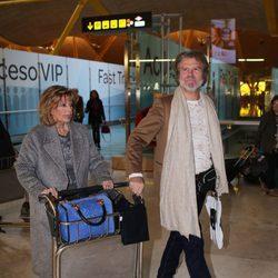 María Teresa Campos y Bigote Arrocet llegando al aropuerto para grabar 'Las Campos' en Argentina y Chile