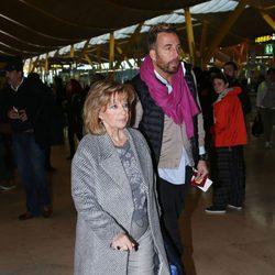 María Teresa Campos y Raúl Prieto llegando al aropuerto para grabar 'Las Campos' en Argentina y Chile