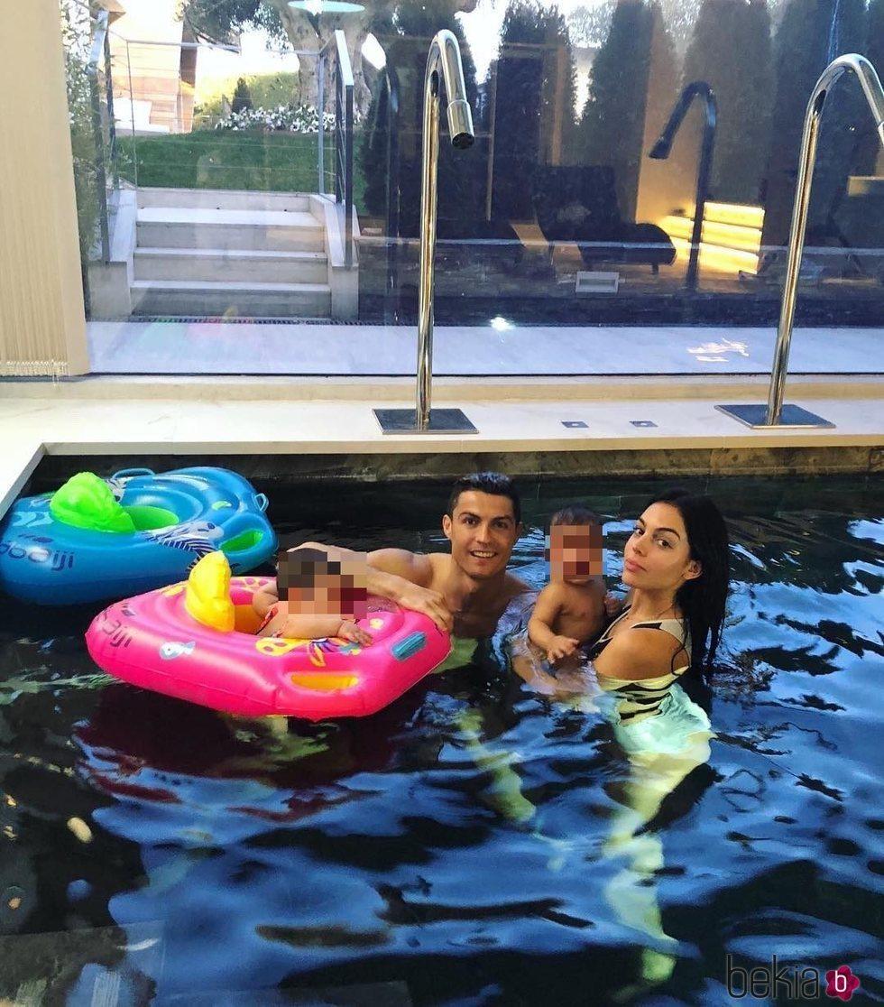 Cristiano Ronaldo y Georgina Rodríguez dándose un chapuzón con Mateo y Eva