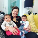 Dolores Aveiro muy feliz con sus nietos Eva y Mateo