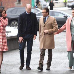 Victoria y Daniel de Suecia con los Duques de Cambridge charlando camino a Matteusskolanschool