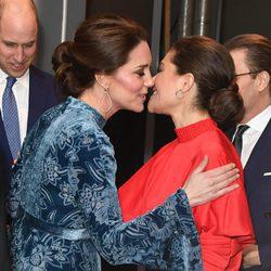 Kate Middleton besa a Victoria de Suecia en un acto oficial en Estocolmo