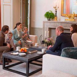 Los Duques de Cambridge tomando el té con Victoria y Daniel de Suecia y sus hijos Estela y Oscar