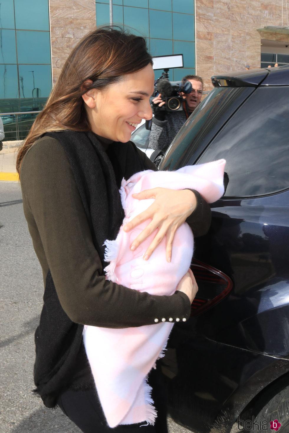 Irene Rosales, emocionada con su hija Carlota en su presentación