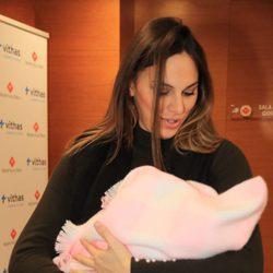 Irene Rosales con su hija Carlota en brazos en su presentación