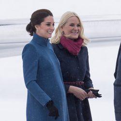 Mette-Marit de Noruega recibe a Kate Middleton a su llegada a Oslo
