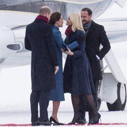 Mette-Marit de Noruega y Kate Middleton se saludan junto a Haakon de Noruega y el Príncipe Guillermo