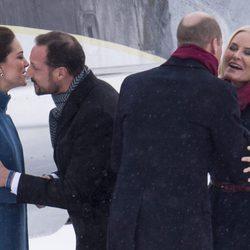 Kate Middleton saluda a Haakon de Noruega y el Príncipe Guillermo saluda a Mette-Marit de Noruega