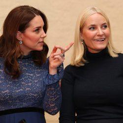 Kate Middleton hablando con Mette-Marit de Noruega durante su visita oficial a Noruega