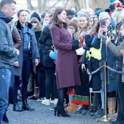 Kate Middleton charla con unos ciudadanos en su visita al colegio donde se graba la serie 'Skam'