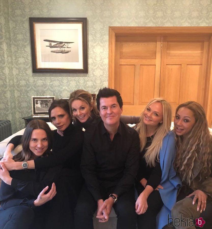 Las 'Spice Girls' junto a su antiguo manager